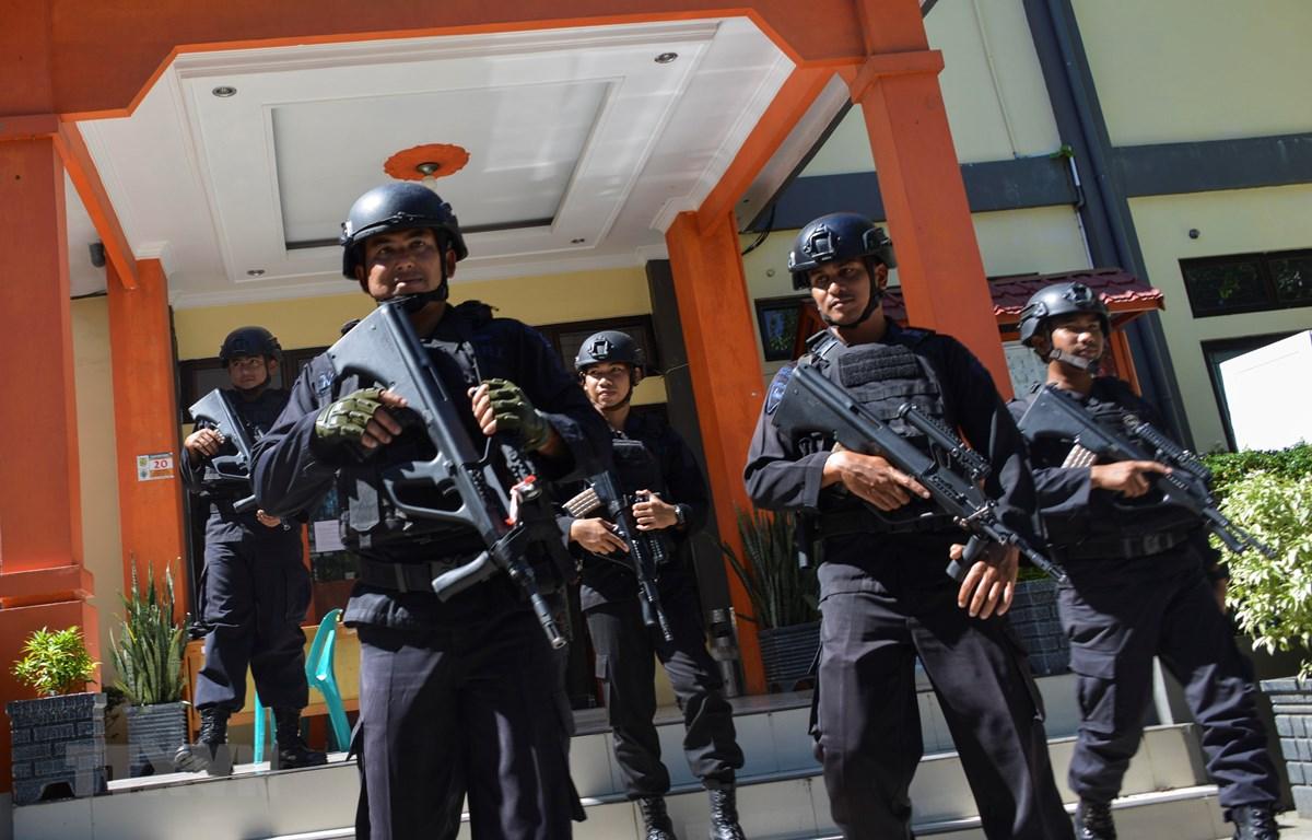 Cảnh sát Indonesia gác tại văn phòng ủy ban bầu cử ở Banda Aceh, tỉnh Aceh, ngày 6/4/2019. (Ảnh: AFP/ TTXVN)