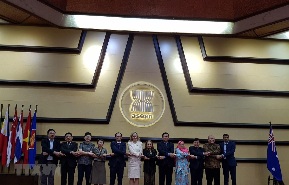 Các đại biểu chụp ảnh trước phiên họp. (Nguồn: Đỗ Quyên/TTXVN)