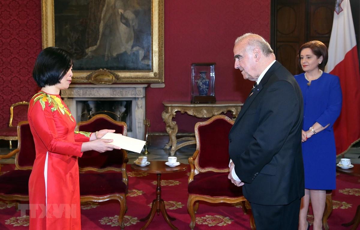 Đại sứ Nguyễn Thị Bích Huệ trình Thư ủy nhiệm lên Tổng thống Malta George Vella. (Nguồn: Phủ Tổng thống Malta)