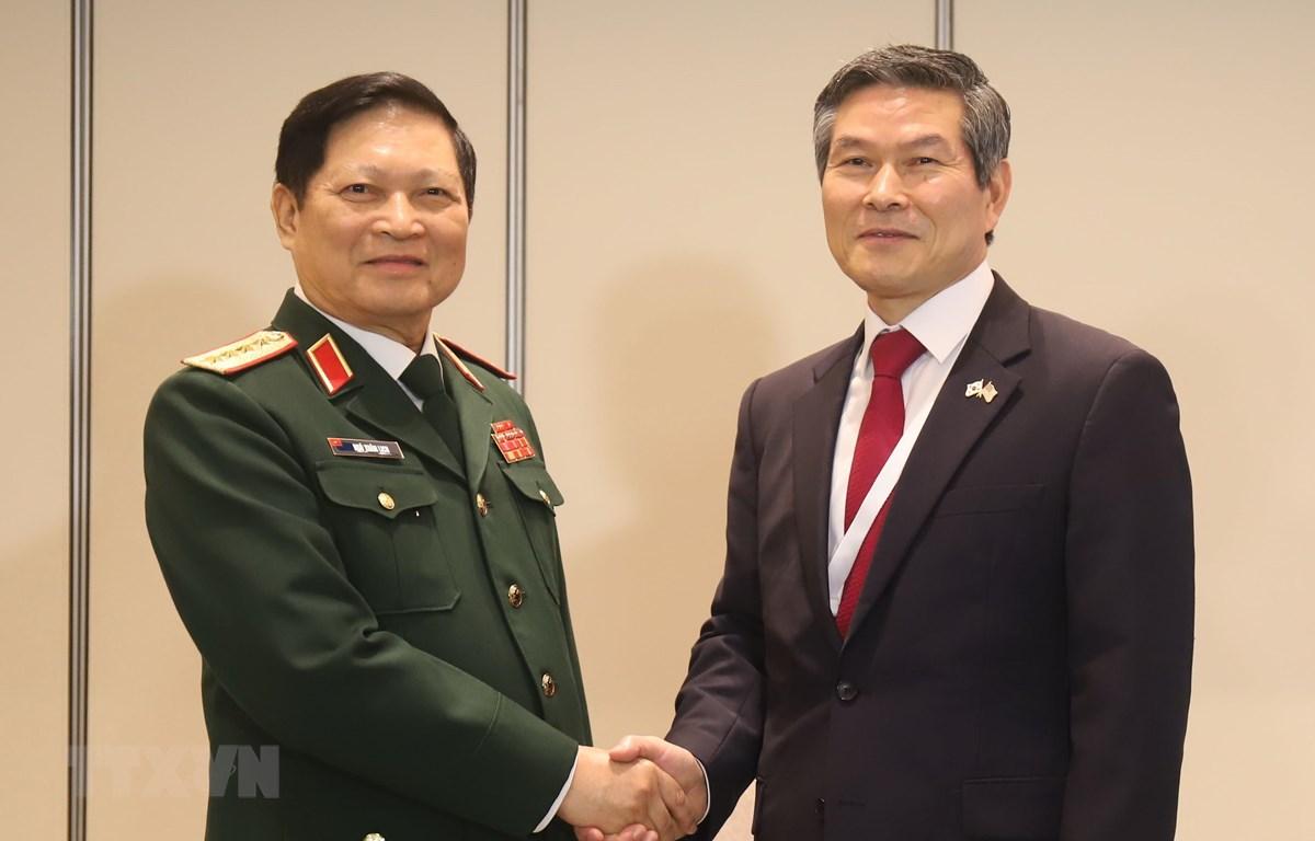 Bộ trưởng Quốc phòng Việt Nam Ngô Xuân Lịch và Bộ trưởng Bộ Quốc phòng Hàn Quốc Jeong Kyeong-doo. (Ảnh: Xuân Vịnh/TTXVN)
