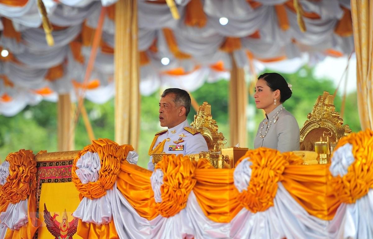 Nhà vua Thái Lan Maha Vajiralongkorn - Rama X (trái) tại một buổi lễ ở Bangkok ngày 9/5/2019. (Ảnh: THX/TTXVN)