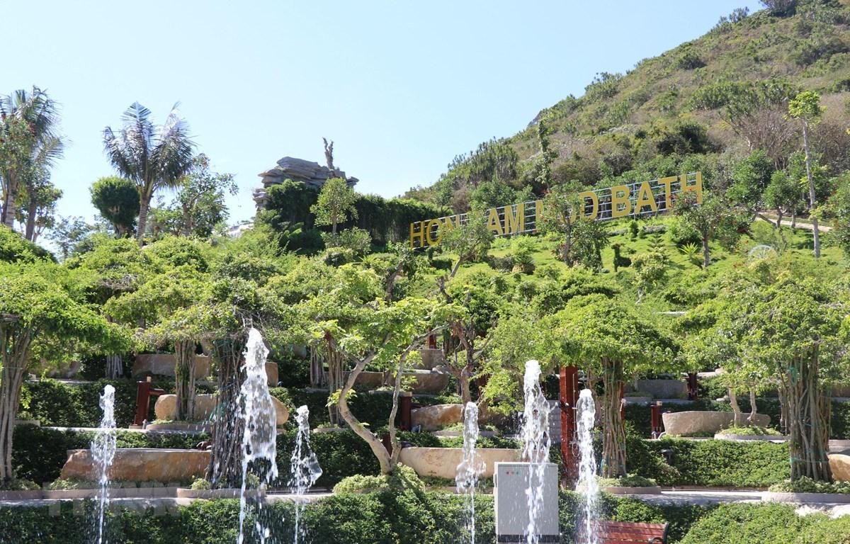 Khu tắm bùn được thiết kế theo mô hình ruộng bậc thang, hài hòa với thiên nhiên. (Ảnh: Tiên Minh/TTXVN)