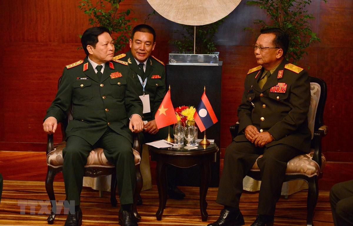 Bộ trưởng Bộ Quốc phòng, Đại tướng Ngô Xuân Lịch hội đàm với Bộ trưởng Quốc và Đại tướng, Bộ trưởng Quốc phòng Lào Chansamon Chanyalat. (Ảnh: Ngọc Quang/TTXVN)