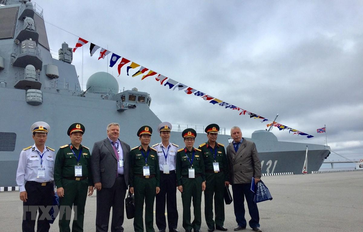 Phó Tổng Tham mưu trưởng Quân đội nhân dân Việt Nam Nguyễn Tân Cương và đoàn thăm chiến hạm Đô đốc Kasatonov. (Ảnh: Hồng Quân/TTXVN)