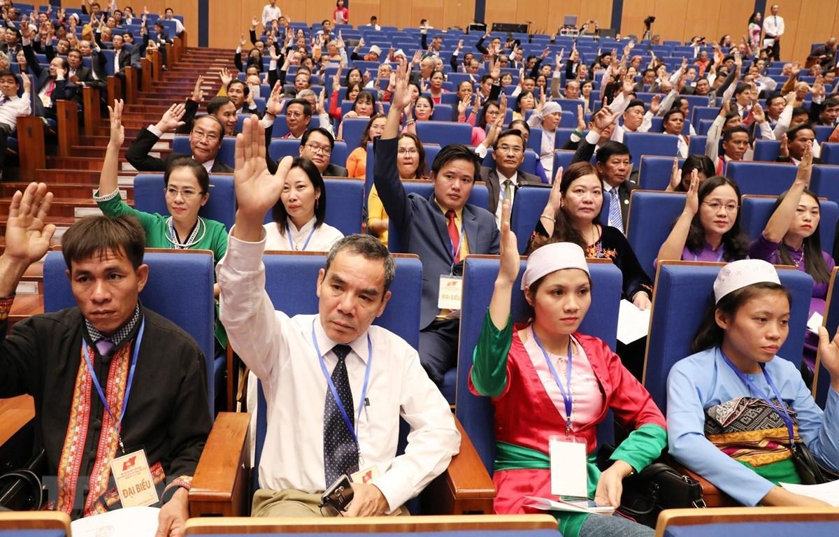 Các đại biểu biểu quyết thông qua Dự thảo số lượng danh sách Hiệp thương cử Ủy ban Trung ương MTTQ Việt Nam khóa IX. (Ảnh: TTXVN)