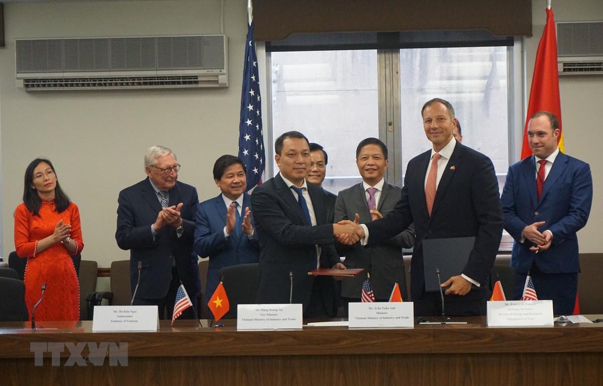 Thứ trưởng Bộ Công Thương Đặng Hoàng An trao đổi Biên bản ghi nhớ Hợp tác (MOU) đối tác hợp tác năng lượng toàn diện với Trợ lý Ngoại trưởng Hoa Kỳ về lĩnh vực năng lượng Francis F. Fannon. (Ảnh: Đặng Huyền/TTXVN)