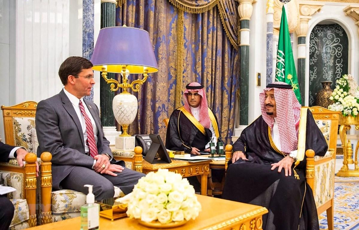 Quốc vương Saudi Arabia Salman (phải) và Bộ trưởng Quốc phòng Mỹ Mark Esper (trái) trong cuộc gặp tại Riyadh ngày 22/10/2019. (Ảnh: AFP/ TTXVN)
