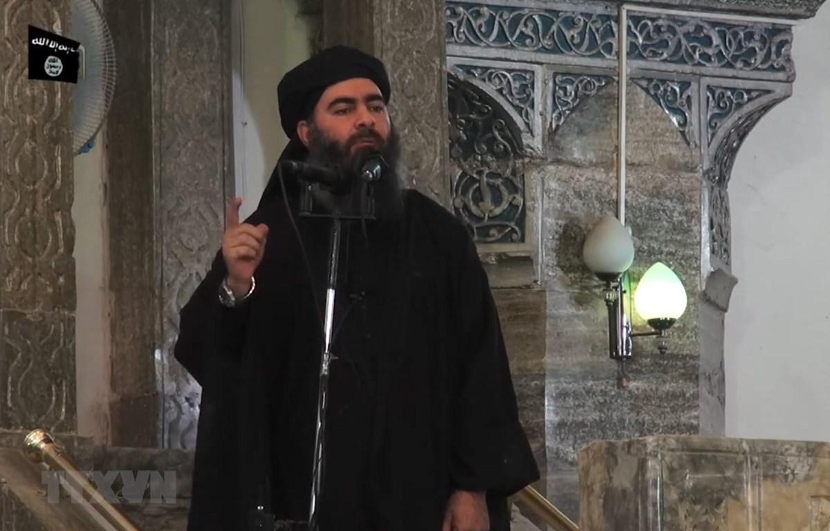 Trong ảnh (tư liệu): Hình ảnh trích từ video của kênh truyền thông Al-Furqan cho thấy thủ lĩnh tổ chức khủng bố IS Abu Bakr al-Baghdadi xuất hiện tại thành phố Mosul, Iraq. (Ảnh: AFP/TTXVN)