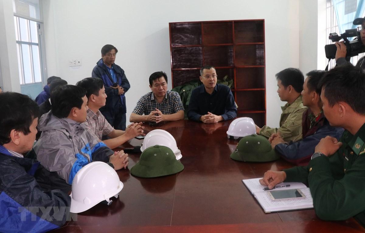 Chủ tịch UBND tỉnh Phú Yên Phạm Đại Dương (áo đen) kiểm tra công tác ứng phó bão số 6 tại huyện Đông Hòa. (Ảnh: Phạm Cường/TTXVN)