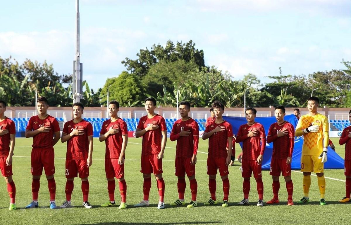 Đội U22 Việt Nam chào cờ trước trận đấu. (Ảnh: Hoàng Linh/TTXVN)