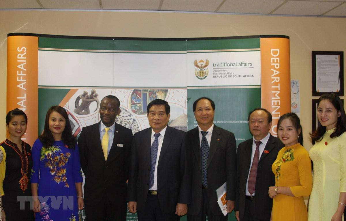 Chủ tịch Hội đồng Dân tộc Hà Ngọc Chiến (thứ 4, từ trái), Tổng cục trưởng thuộc Bộ Các vấn đề truyền thống Nam Phi Mashwahle Diphofa (thứ 3, từ trái) với cán bộ sứ quán Việt Nam. (Ảnh: Đình Lượng/TTXVN)