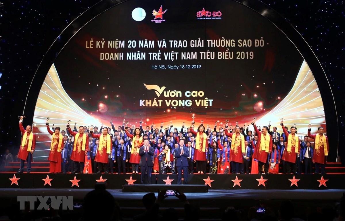 Trưởng Ban Tuyên giáo Trung ương Võ Văn Thưởng và Phó thủ tướng Vương Đình Huệ trao giải cho 10 Doanh nhân Sao Đỏ xuất sắc nhất năm 2019. (Ảnh: Minh Quyết /TTXVN)
