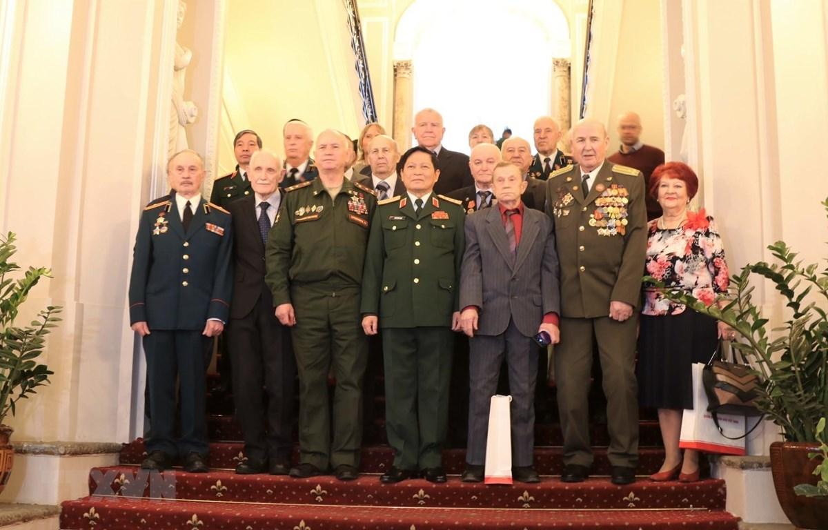 Bộ trưởng Quốc phòng Ngô Xuân Lịch chụp ảnh chung với các cựu chiến binh. (Ảnh: Duy Trinh/TTXVN)