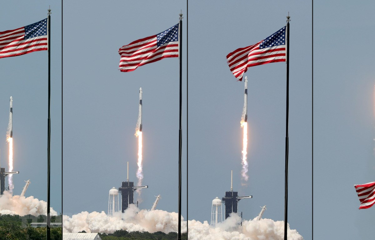 Tên lửa đẩy Falcon 9 mang theo tàu vũ trụ Crew Dragon của Tập đoàn SpaceX rời bệ phóng tại Trung tâm vũ trụ Kennedy ở Florida, Mỹ ngày 30/5/2020. (Ảnh: AFP/TTXVN)
