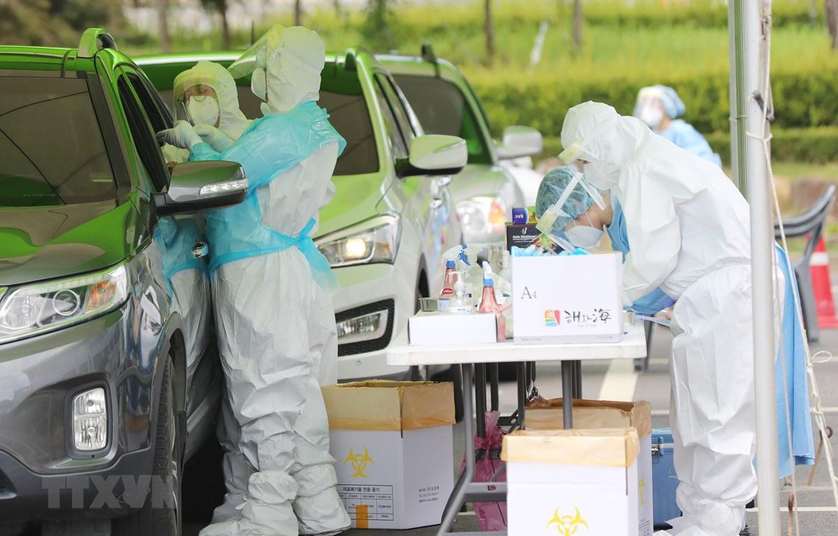 Nhân viên y tế làm việc tại điểm xét nghiệm COVID-19 ở Hwasun, tỉnh Nam Jeolla, Hàn Quốc, ngày 24/8/2020. (Ảnh: Yonhap/ TTXVN)