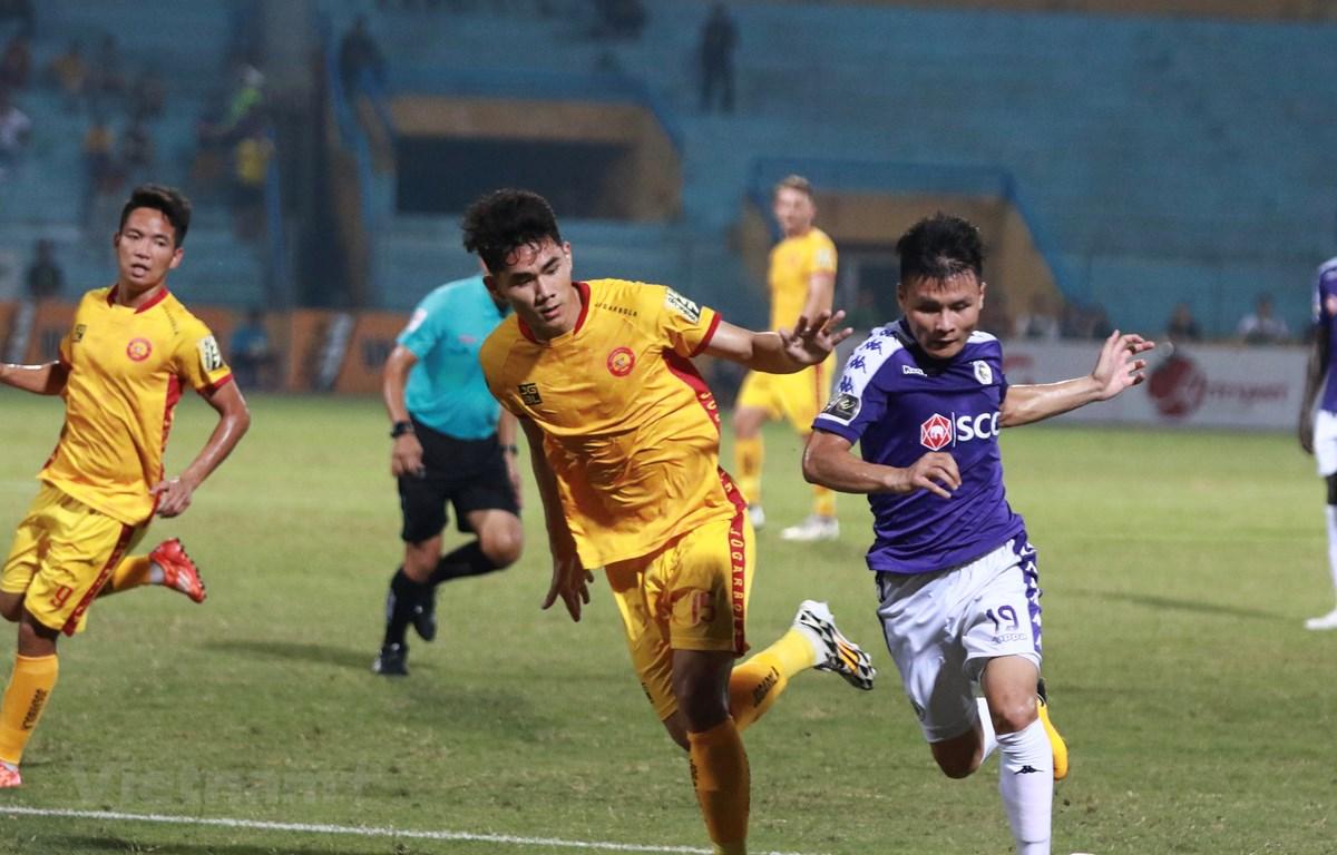 Quang Hải nén buồn thi đấu cùng Hà Nội FC trong trận đấu với Thanh Hoá dù ông nội mới qua đời. (Ảnh: Nguyên An)