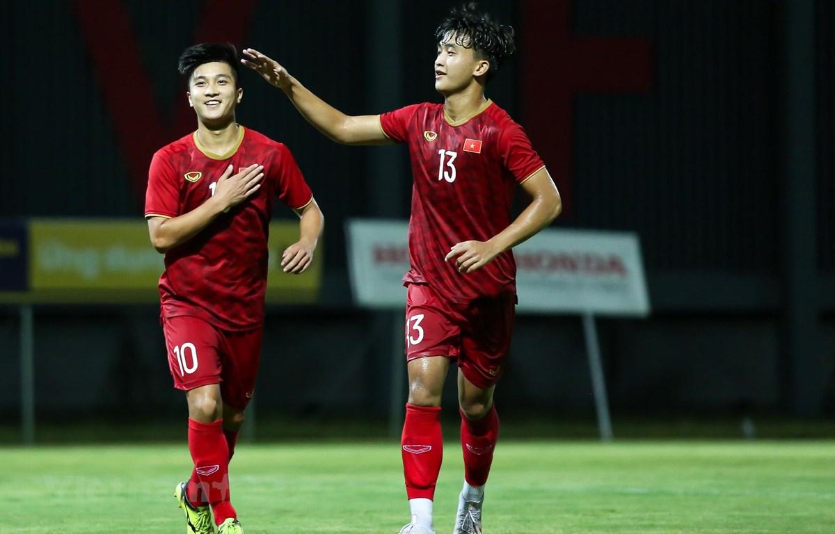 Martin Lo (trái) không có tên ở danh sách U22 Việt Nam chuẩn bị cho trận đấu với U22 Trung Quốc. (Ảnh: Nguyên An/Vietnam+)
