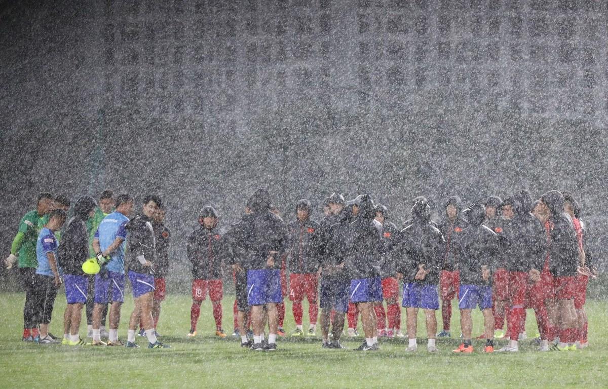 Tuyển Việt Nam tập luyện khó khăn với thời tiết mưa giông thất thường tại Hà Nội những ngày qua. (Ảnh: Duy Nguyễn )