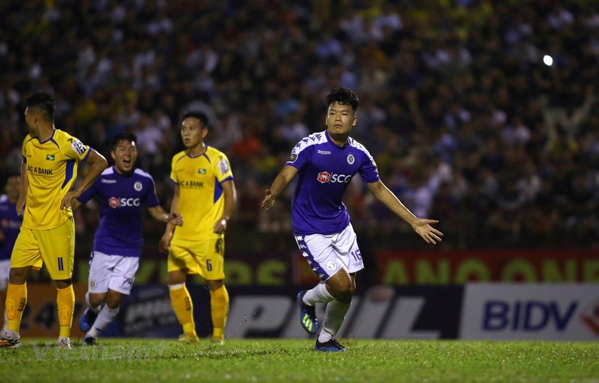 Trung vệ Nguyễn Thành Chung ghi bàn thắng duy nhất giúp Hà Nội FC đánh bại Sông Lam Nghệ An để lên ngôi vô địch V-League 2019 sớm hai vòng đấu. (Ảnh: Ngọc Anh)