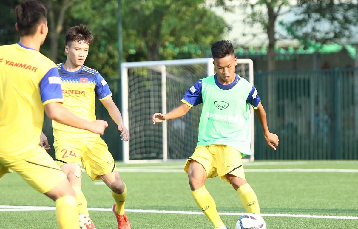 U22 Việt Nam đang dần thích nghi với việc thi đấu trên mặt sân cỏ nhân tạo khi SEA Games 30 cận kề. (Ảnh: Nguyên An)