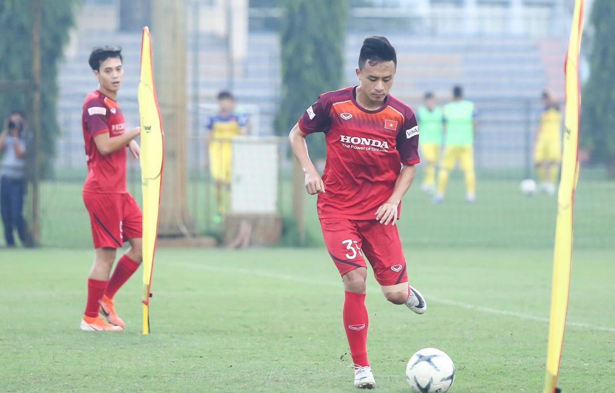 Tiền vệ Võ Huy Toàn gặp chấn thương rách cơ đùi sau buổi tập chiều 28/9 cùng tuyển Việt Nam. (Ảnh: Nguyên An)