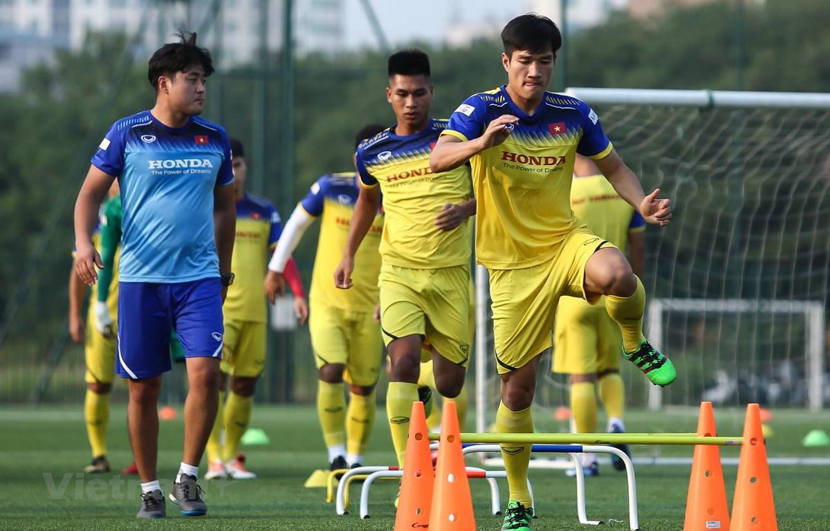 Hậu vệ Dương Văn Trung (phải) tập luyện tích cực cùng tuyển U22 Việt Nam chiều 30/9. (Ảnh: Nguyên An)