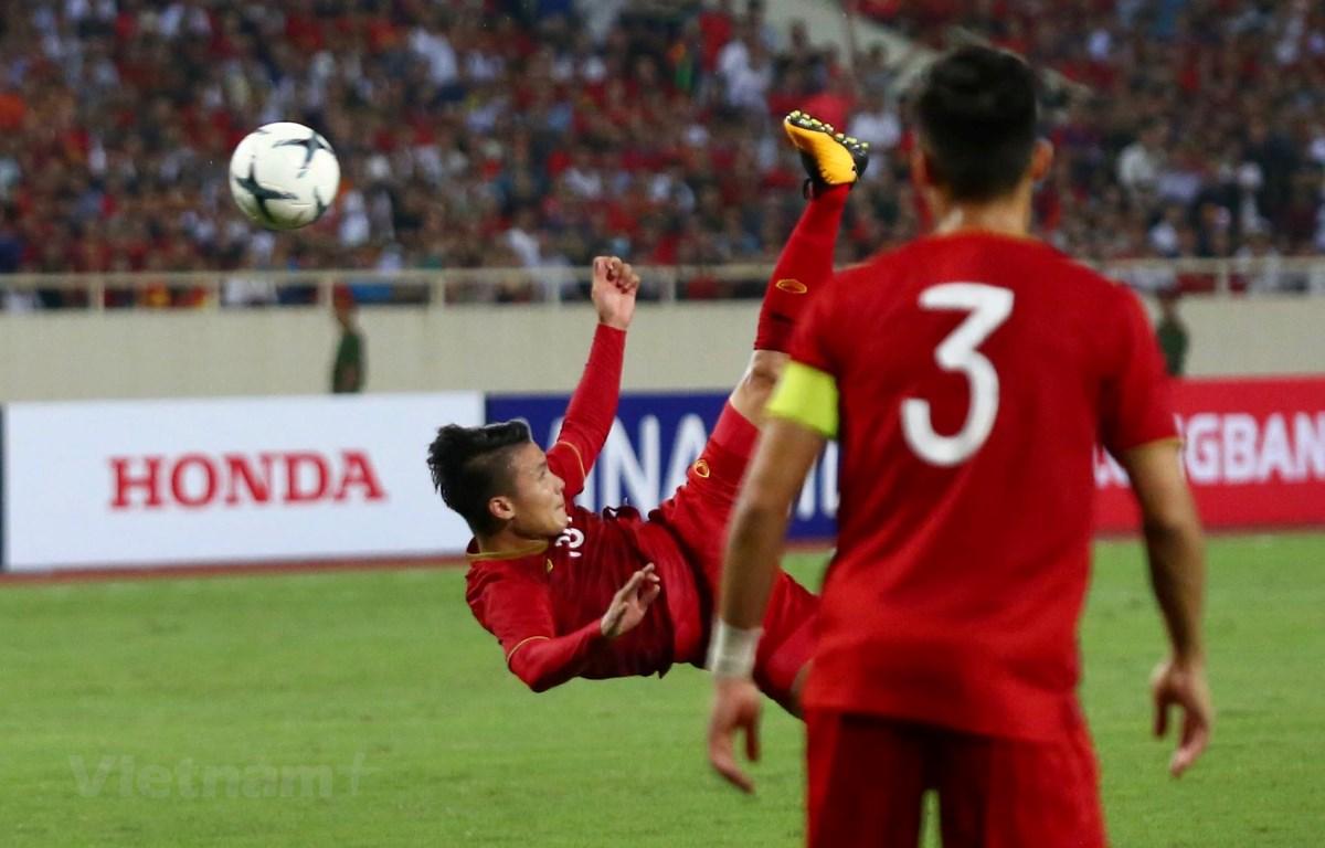 """Tiền vệ Quang Hải có hai pha bóng """"ngả bàn đèn"""" trước đối thủ Malaysia ở trận đấu tối 10/10. (Ảnh: Nguyên An)"""