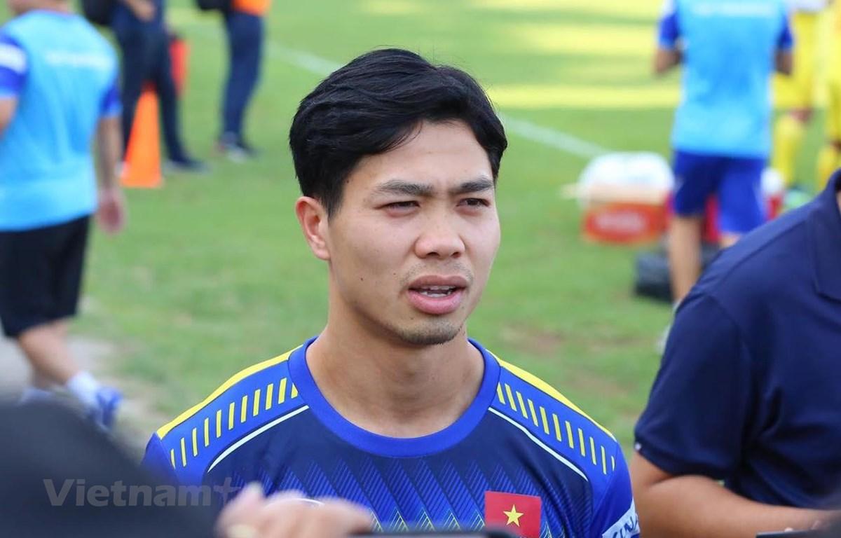 Công Phượng trả lời báo chí trước buổi tập chiều 13/10 của tuyển Việt Nam tại Indonesia. (Ảnh: Hải Hoàng)