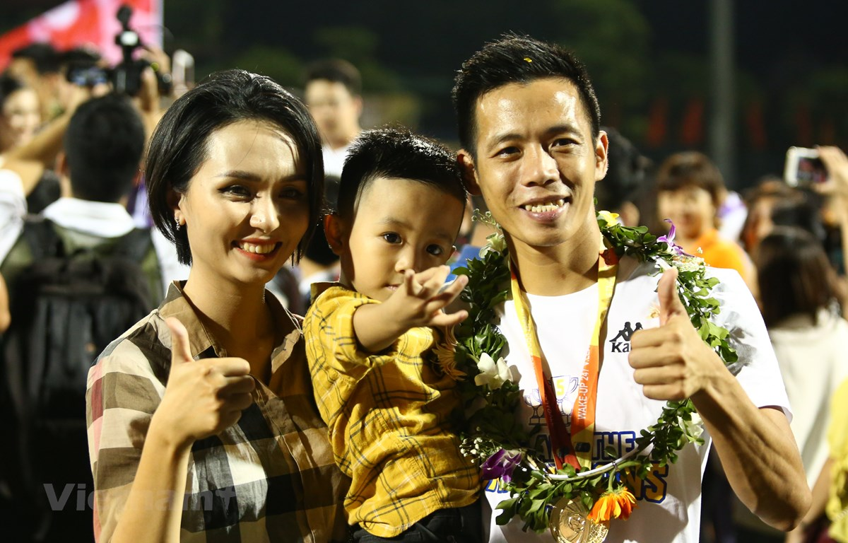 Tiền đạo Văn Quyết ăn mừng chức vô địch cùng gia đình trên sân Cửa Ông tối 23/10 sau lễ trao giải. (Ảnh: Nguyên An)