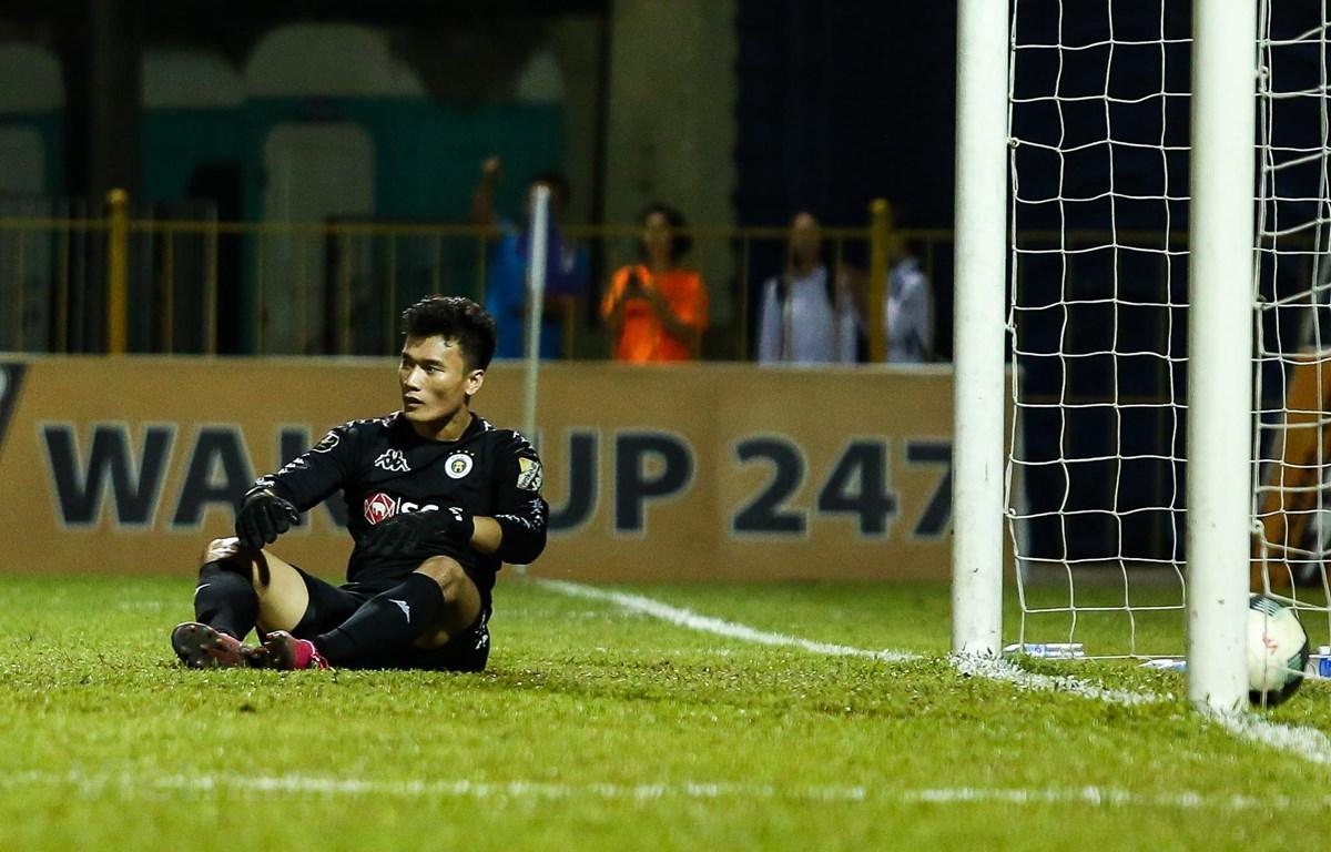 Bùi Tiến Dũng đang dần đánh mất phong độ và tài năng khi liên tục phải dự bị tại Hà Nội FC. (Ảnh: Nguyên An)