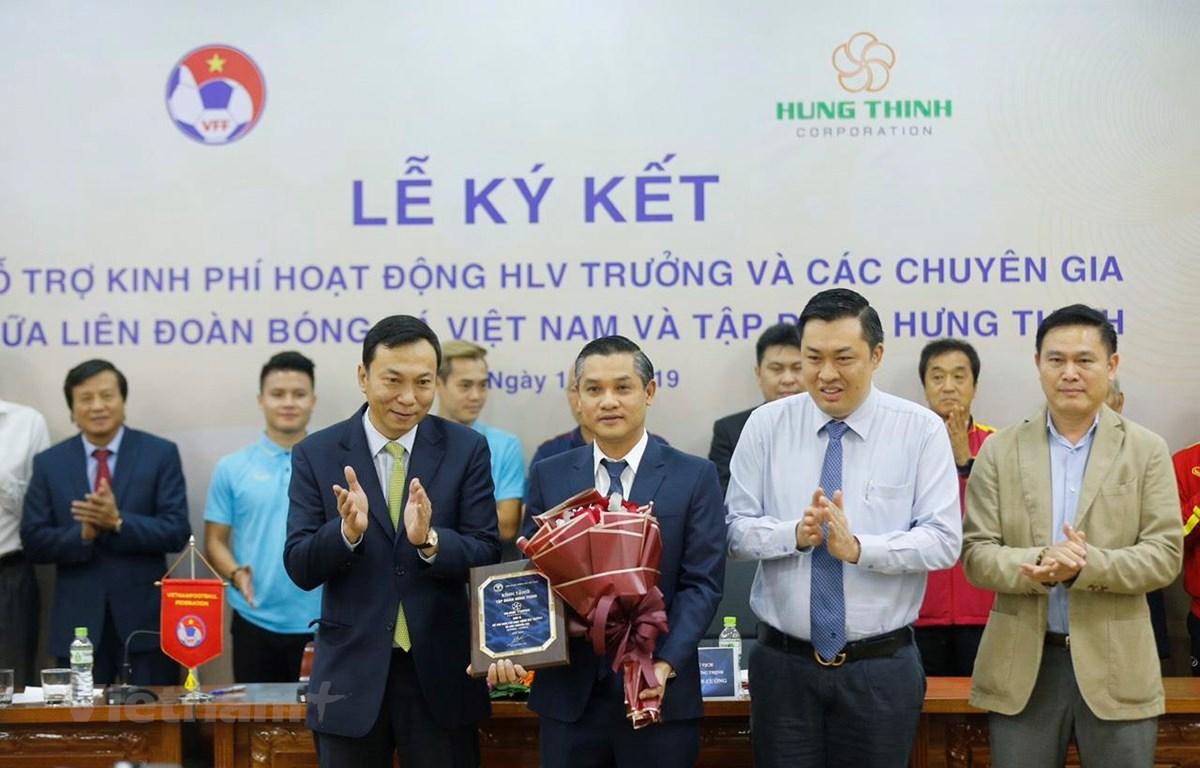 Liên đoàn bóng đá Việt Nam nhận được nhiều sự hỗ trợ của các doanh nghiệp trong việc trả lương cho huấn luyện viên Park Hang-seo. (Ảnh: Nguyên An)