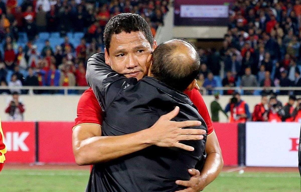 Tiền đạo Anh Đức ôm huấn luyện viên Park Hang-seo ở trận đấu cuối cùng trong màu áo tuyển Việt Nam. (Ảnh: VFF)