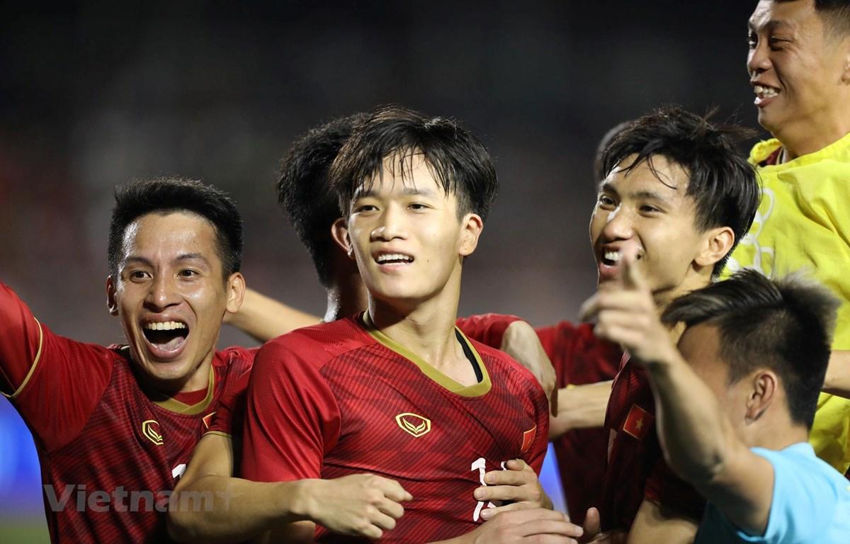Tiền vệ Hoàng Đức ăn mừng sau bàn thắng đẹp mắt, ấn định chiến thắng 2-1 cho U22 Việt Nam trước U22 Indonesia ở trận đấu tối 1/12. (Ảnh: Vietnam+)