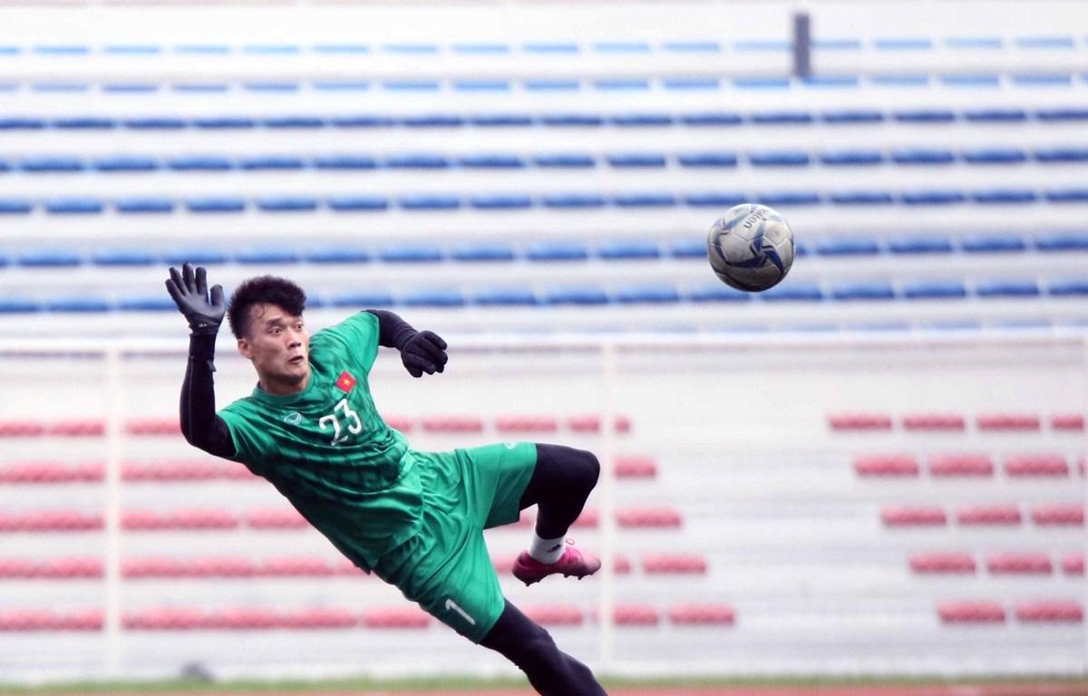 Thủ môn Bùi Tiến Dũng mắc sai lầm, để U22 Indonesia sớm ở tỷ số vào lưới U22 Việt Nam ở trận đấu tối 1/12. (Ảnh: VFF)