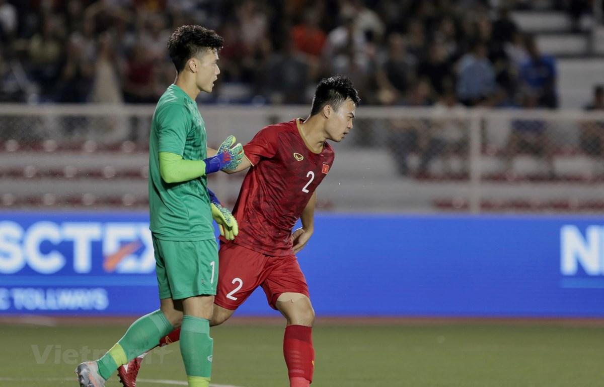 Thủ môn Bùi Tiến Dũng dự bị ở trận đấu với U22 Singapore tối 3/12 sau sai lầm ở trận đấu với U22 Indonesia. (Ảnh: Vietnam+)