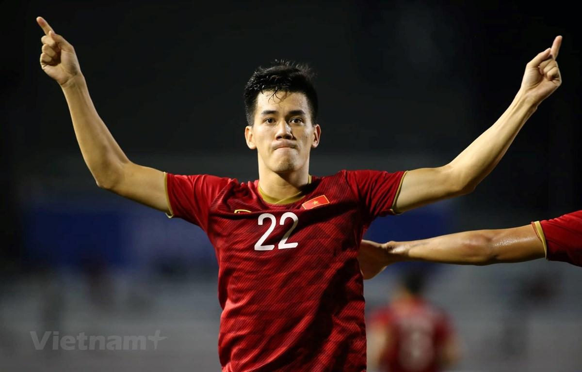 Hà Đức Chinh và Tiến Linh bám sát tiền đạo Osvaldo Haay của U22 Indonesia trong cuộc đua giành Vua phá lưới SEA Games 30. (Ảnh: Vietnam+)