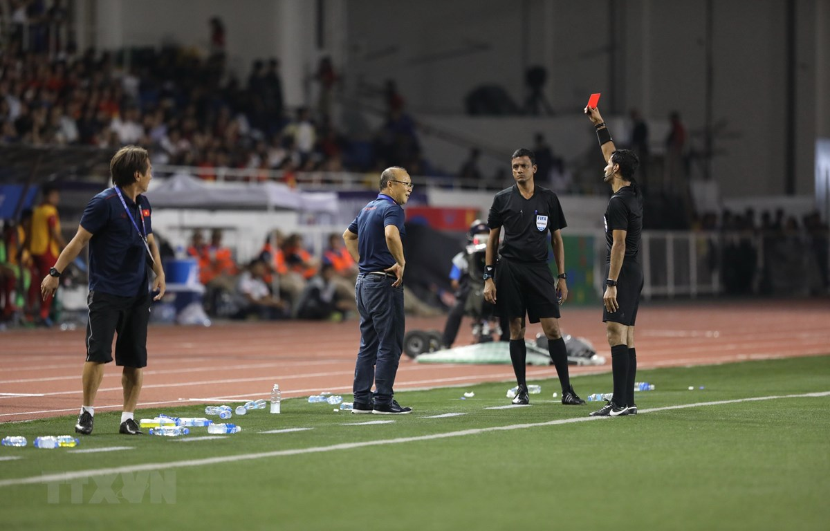 Huấn luyện viên Park Hang-seo nhận thẻ đỏ. (Ảnh: Hoàng Linh/TTXVN)