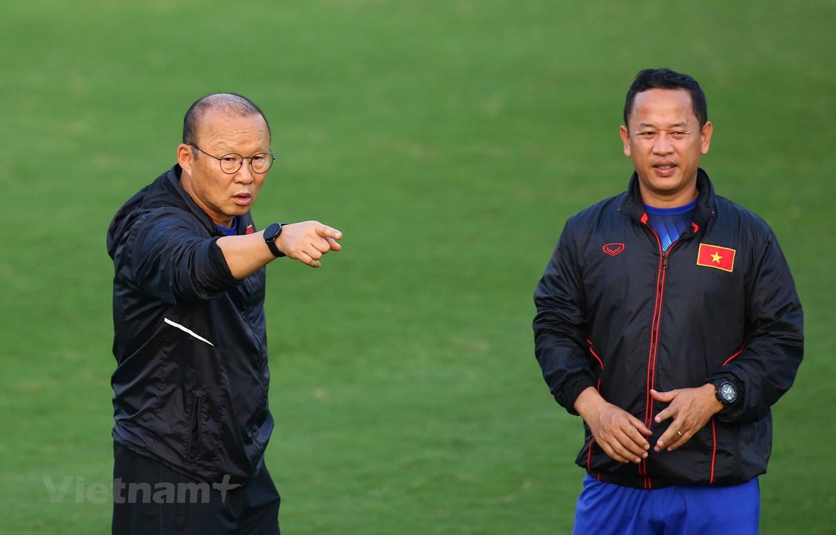 Ông Lê Huy Khoa (phải) chỉ đảm nhận vị trí trợ lý ngôn ngữ tại tuyển quốc gia Việt Nam sau khi xin nghỉ ở đội U23. (Ảnh: Nguyên An/Vietnam+)