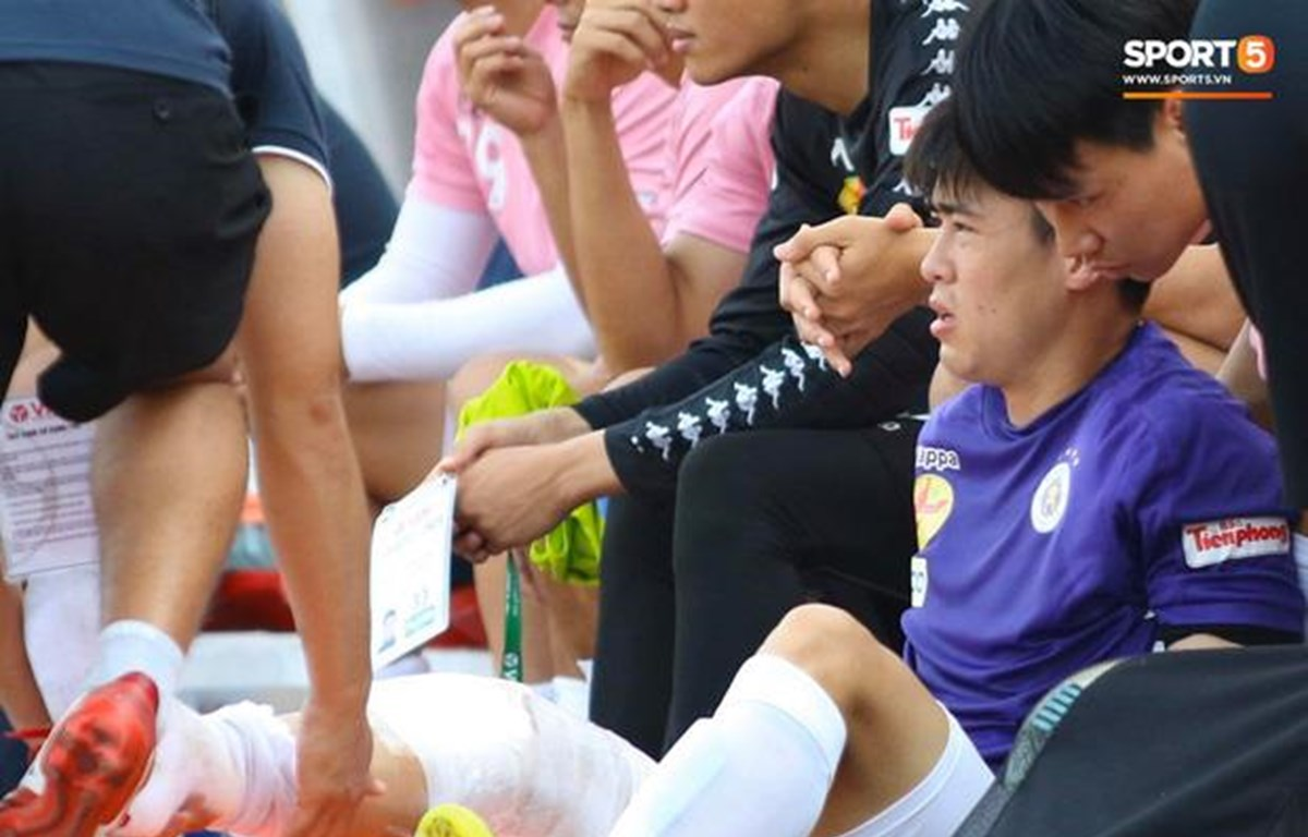 Duy Mạnh gặp chấn thương đầu gối ở trận Siêu cúp Quốc gia 2020. (Ảnh: Hoàng Tùng-Sport5)
