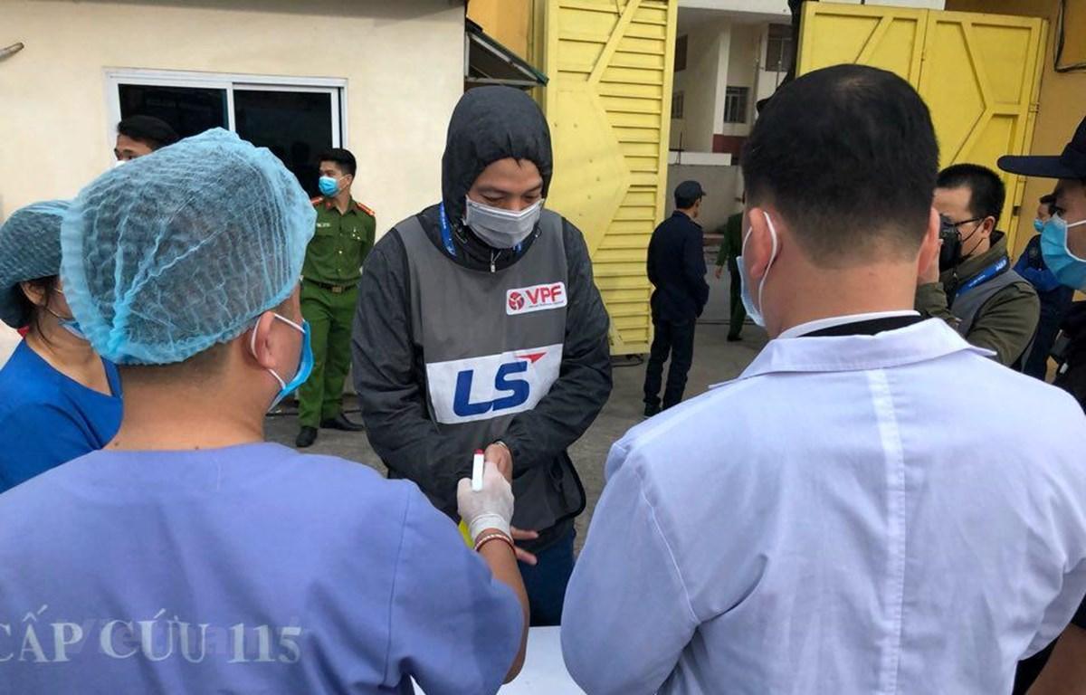 Tất cả những người tham dự trận Hà Nội FC-Nam Định chiều 7/3 được kiểm tra y tế nghiêm ngặt. (Ảnh: Nguyên An/Vietnam+)