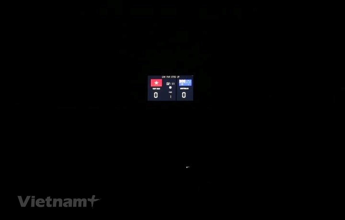 Sân vận động Cẩm Phả mất điện khiến mọi thứ tối om ở trận đấu của tuyển nữ Việt Nam với Australia. (Ảnh: Nguyên An/Vietnam+)