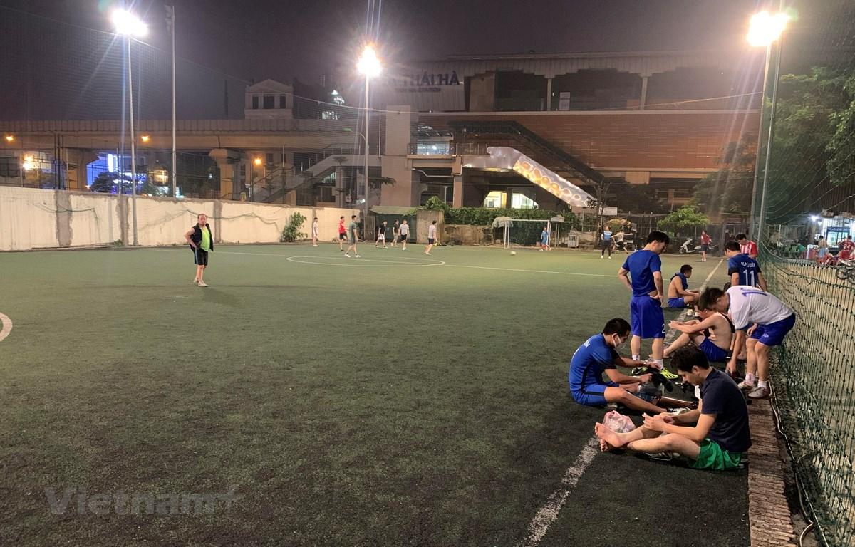 Bóng đá phong trào không phải môn thể thao nên chơi trong mùa dịch COVID-19. (Ảnh: Nguyên An/Vietnam+)