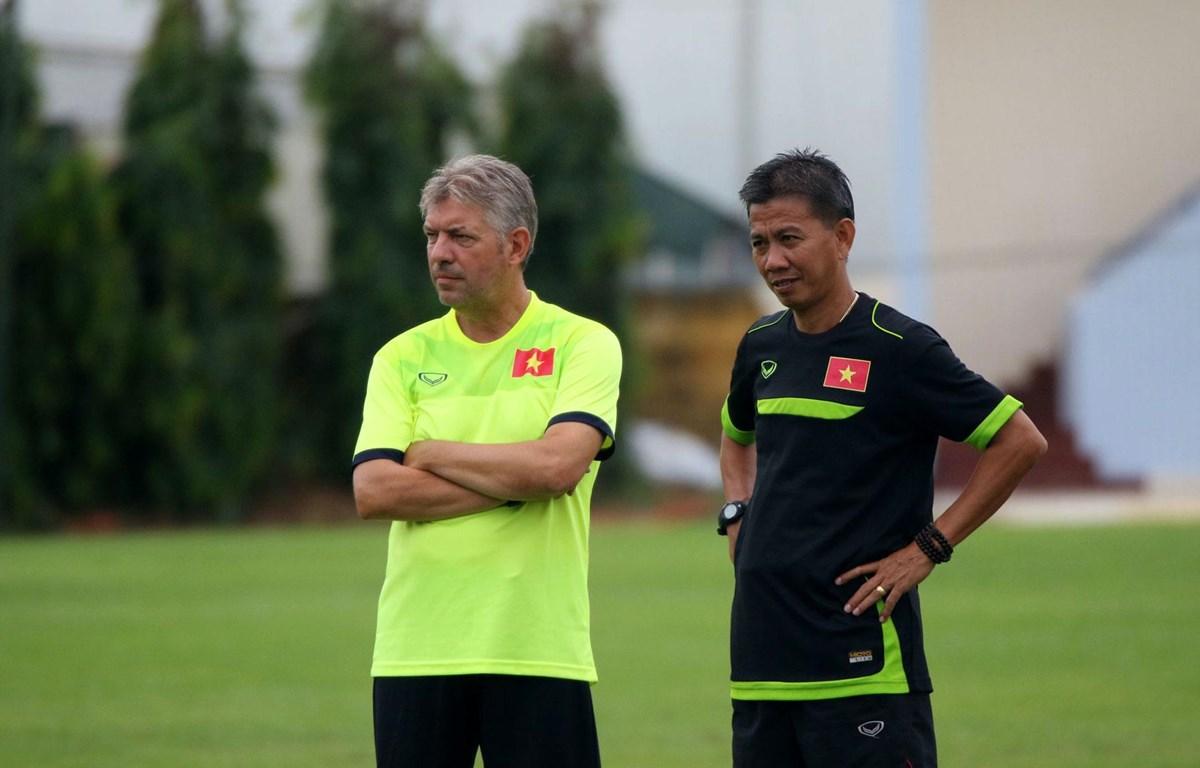 Giám đốc kỹ thuật Juergen Gede (trái) chia tay bóng đá Việt Nam sau 4 năm gắn bó với nhiều thành công. (Ảnh: VFF)