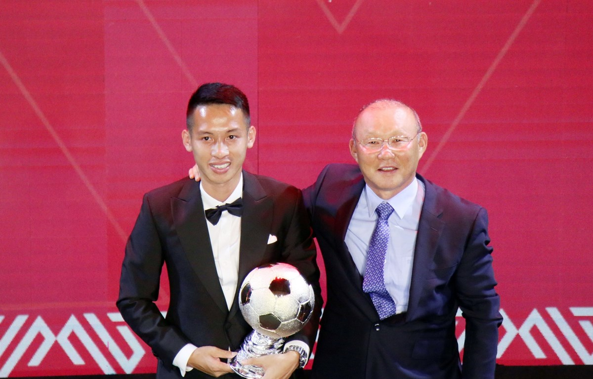 Hùng Dũng đánh bại Quang Hải, giành Quả bóng vàng Việt Nam 2019. (Ảnh: Nguyên An/Vietnam+)