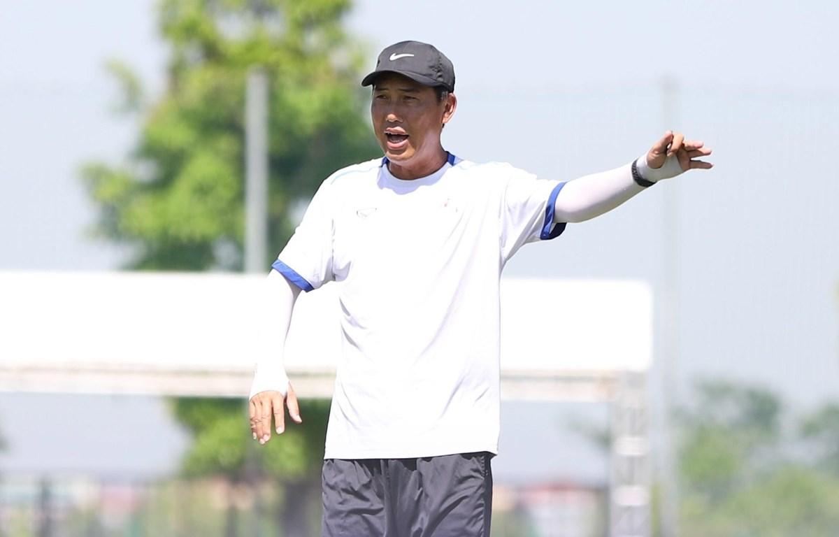 Phố Hiến FC thắng 2-1 An Giang ở vòng 6 hạng Nhất Quốc gia 2020 để duy trì mạch bất bại nhưng tâm điểm của trận đấu là HLV Hứa Hiền Vinh bóp cổ cầu thủ. (Ảnh: Phố Hiến FC)