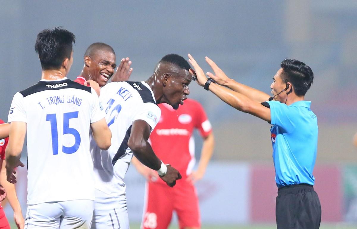 Trọng tài V-League mắc lỗi vì sai sót chuyên môn, không phải do tư tưởng lệch lạc và bán độ. (Ảnh: Nguyên An/Vietnam+)
