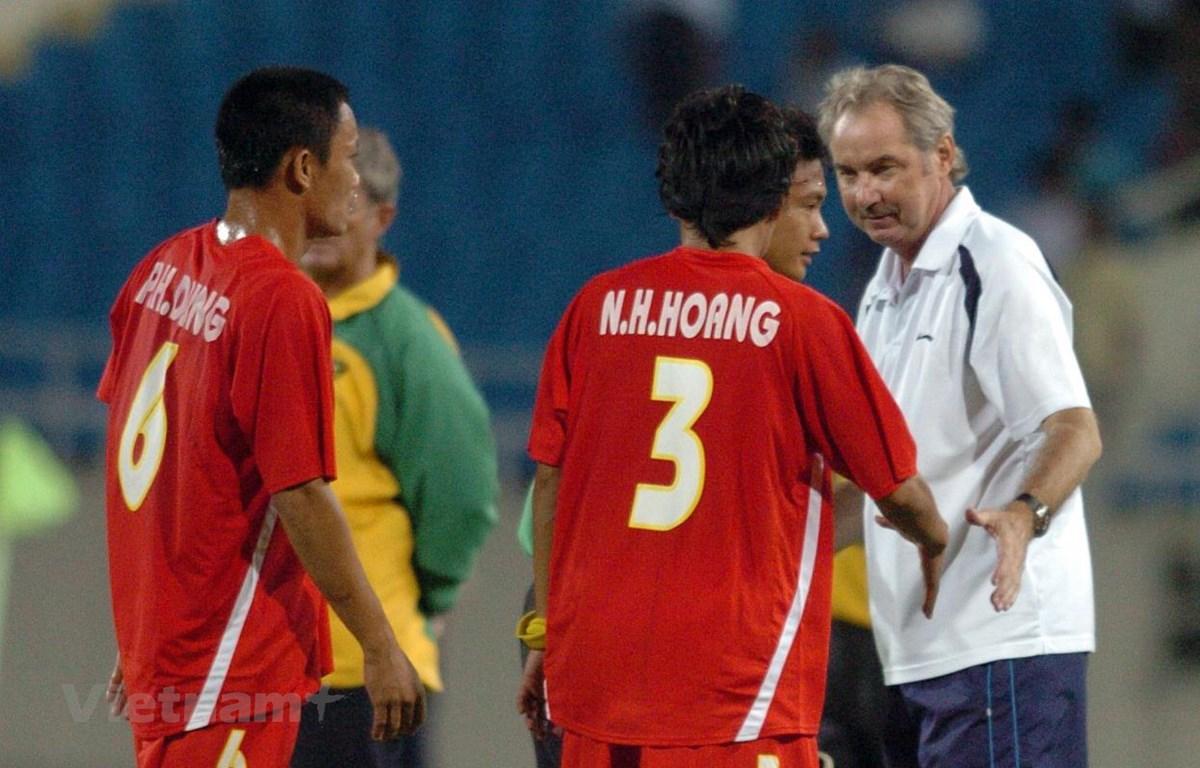Huấn luyện viên Alfred Riedl khi còn dẫn dắt đội tuyển Việt Nam. (Ảnh: Văn Cường/Vietnam+)