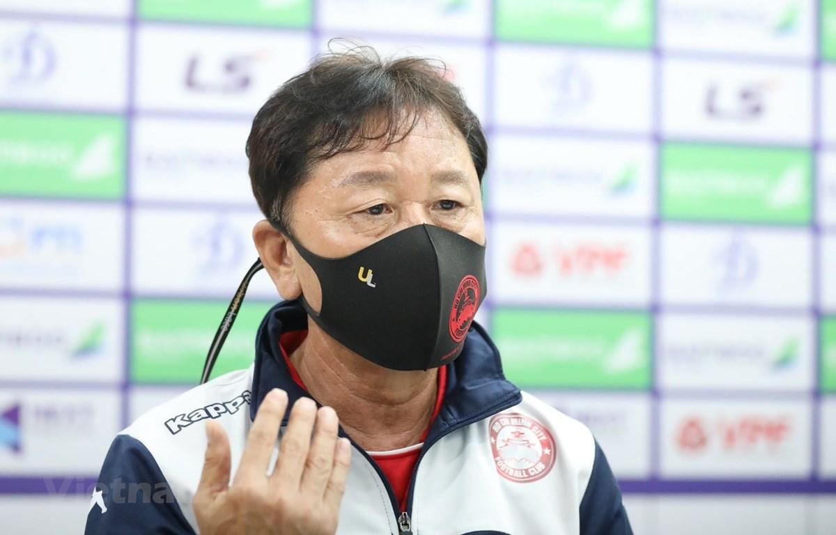 Huấn luyện viên Chung Hae-seong ở buổi họp báo chiều 15/9. (Ảnh: Hiển Nguyễn/Vietnam+)