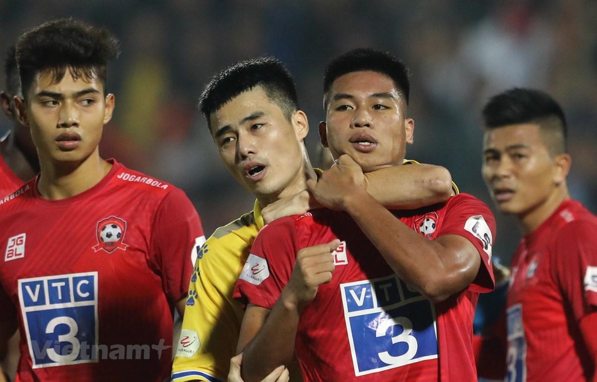 Hậu vệ Văn Hạnh (áo đỏ) xô xát với cầu thủ Nam Định ở vòng 4 giai đoạn hai V-League 2020.