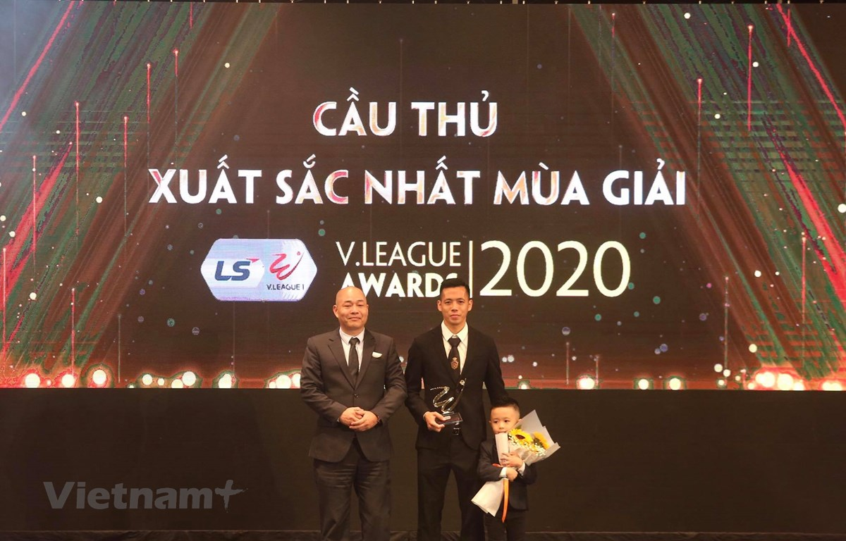 Nguyễn Văn Quyết giành giải Cầu thủ xuất sắc nhất V-League 2020. (Ảnh: CTV/Vietnam+)